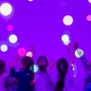 Mokiniai žaidžia sensorinės įrangos kambaryje Tauragės Jovarų pagrindinėje mokykloje
