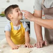 Tėvas su sūnumi virtuvėje