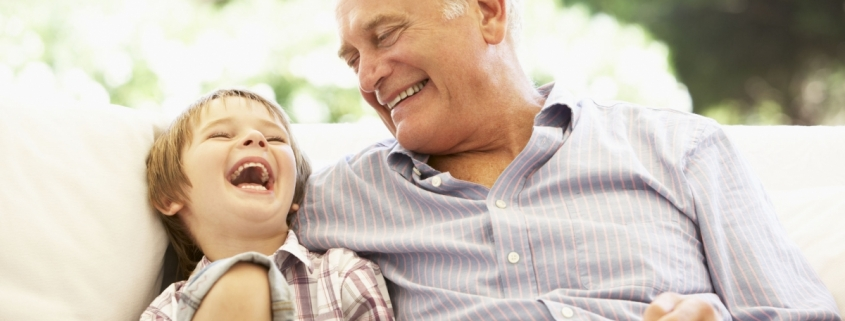 Senelis juokiasi su vaikaičiu