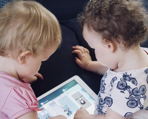 kūdikiams ir vaikams iki 2 metų amžiaus rekomenduojama visai neleisti laiko prie ekranų, išskyrus vaizdo pokalbius;